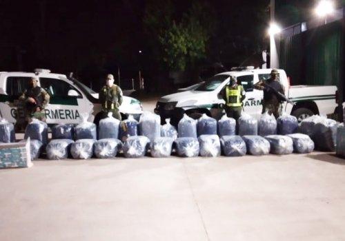 650 kilos de hojas de coca y 4.200 atados de cigarrillos abandonados a orillas del Río Bermejo