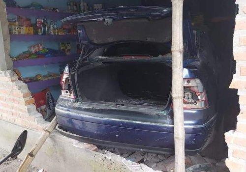 Tiros, heridas, intento de incendio y un auto dentro de una casa,